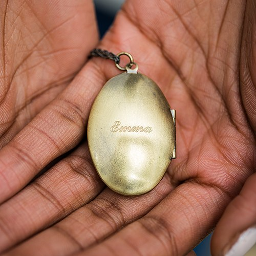 Personalized Vintage Gold Locket Necklace – Traditional Oval